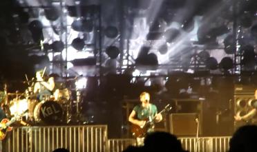 kings_of_leon_concert_pigeons_2010