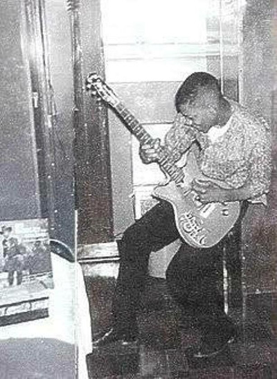 jimi_hendrix_first_guitar